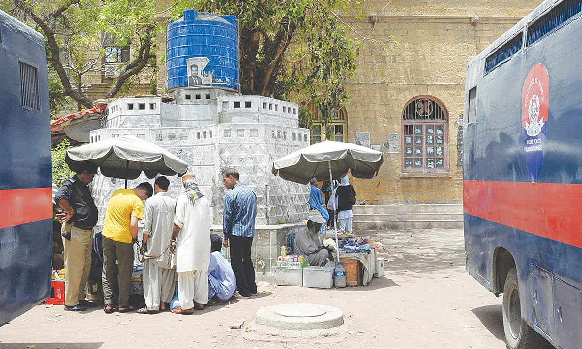 Hawkers sell snacks at Karachi City Courts | Faysal Mujeeb, White Star
