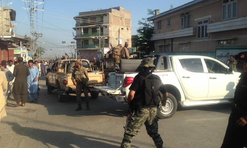 Security forces arrive at the scene. ─ DawnNews.