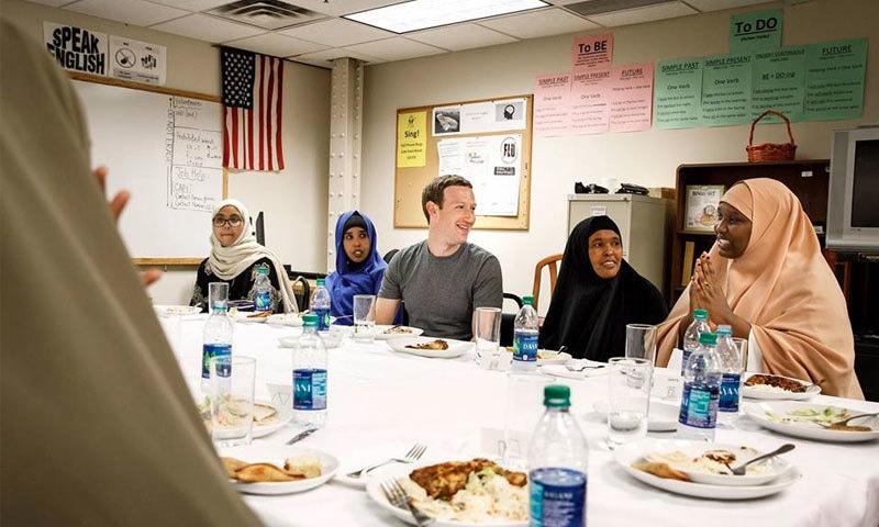 فیس بک بانی کا مسلمان پناہ گزین خاندان کے ساتھ افطار ڈنر