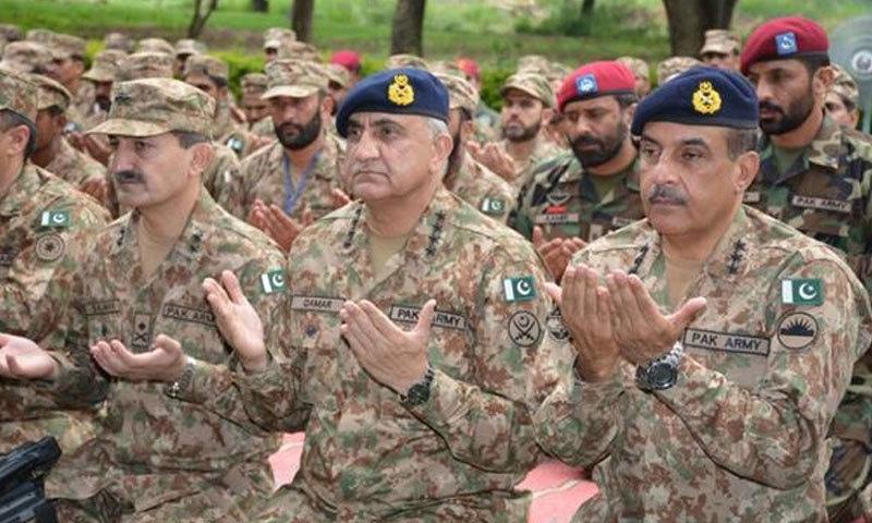 جنرل قمر جاوید باجوہ نے نماز عید کی ادائیگی کے بعد پاکستان میں امن و استحکام کے لیے دعا کی — فوٹو: آئی ایس پی آر