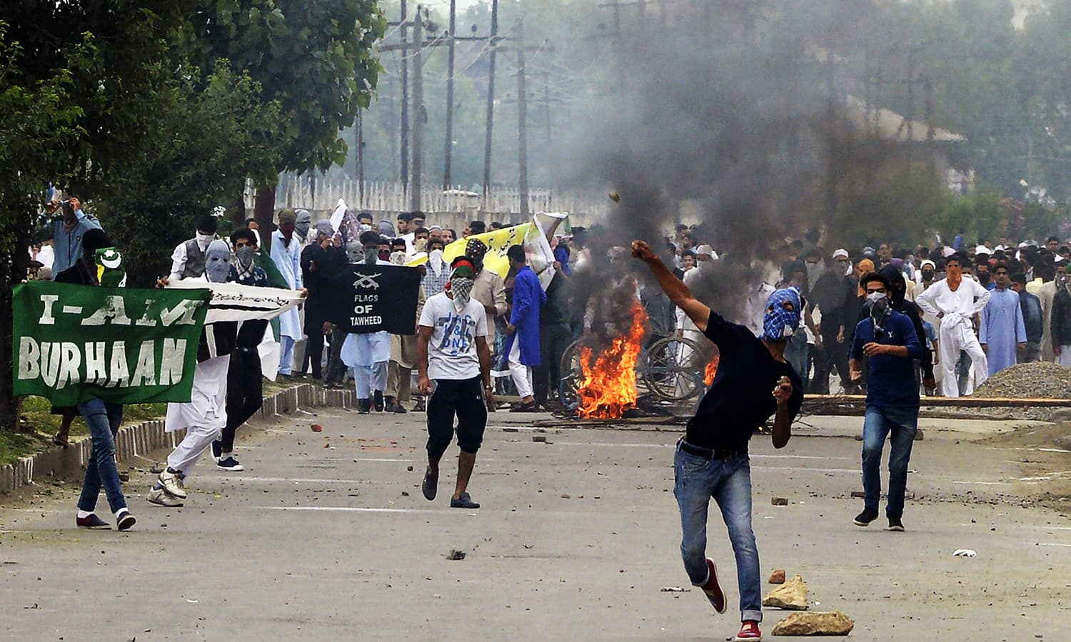 Kashmiri protestors clash with Indian government forces after Eid prayers in downtown Srinagar. ─ AFP