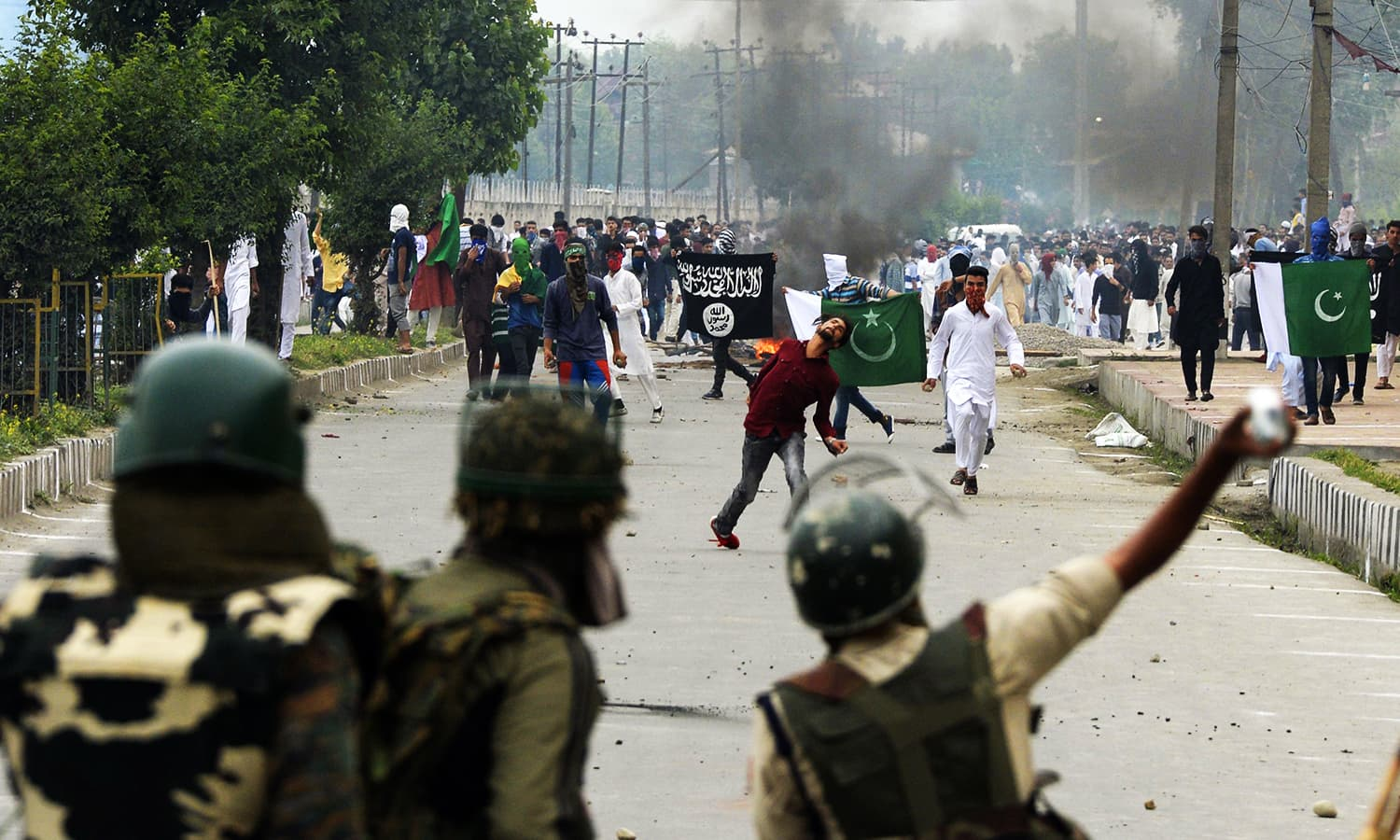 Indian government forces approach clashes with Kashmiri protesters after Eid prayers in downtown Srinagar. ─ AFP
