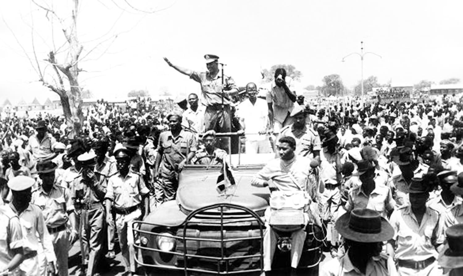 Greeted by large crowds, Nimeiry waves to people in the Christian-majority of Southern Sudan in 1973. — Photo: The Dutch Foundation.