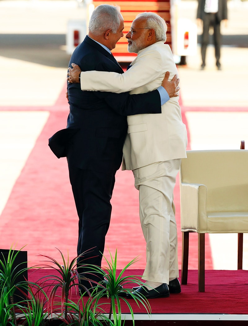 Indian PM Naredra Modi (R) and Israeli PM embrace each other at the welcoming ceremony. ─ AFP.