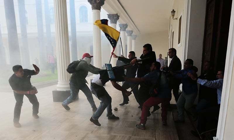 وینزویلا کی پارلیمنٹ پر حملے اور ہنگامہ آرائی کا ایک منظر—۔فوٹو/ اے پی