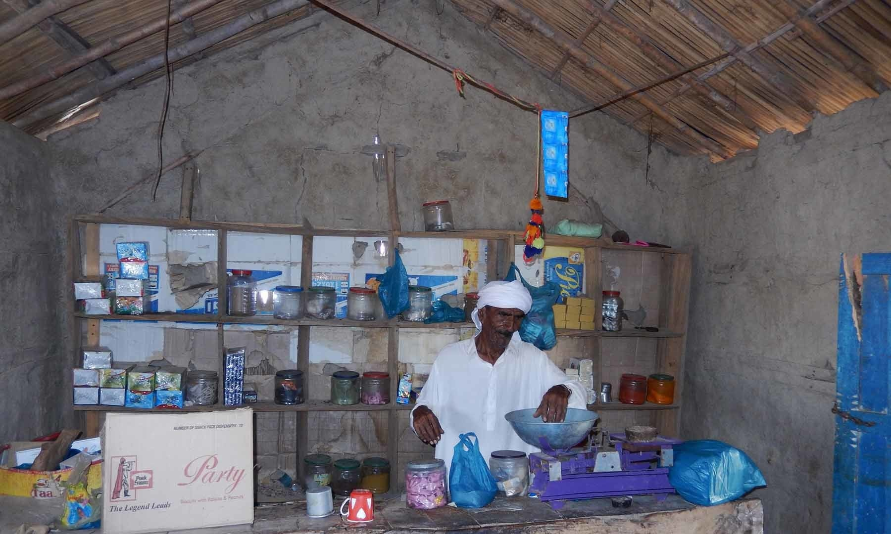 علی محمد شاہ اپنی دکان کے اندر — تصویر ابوبکر شیخ