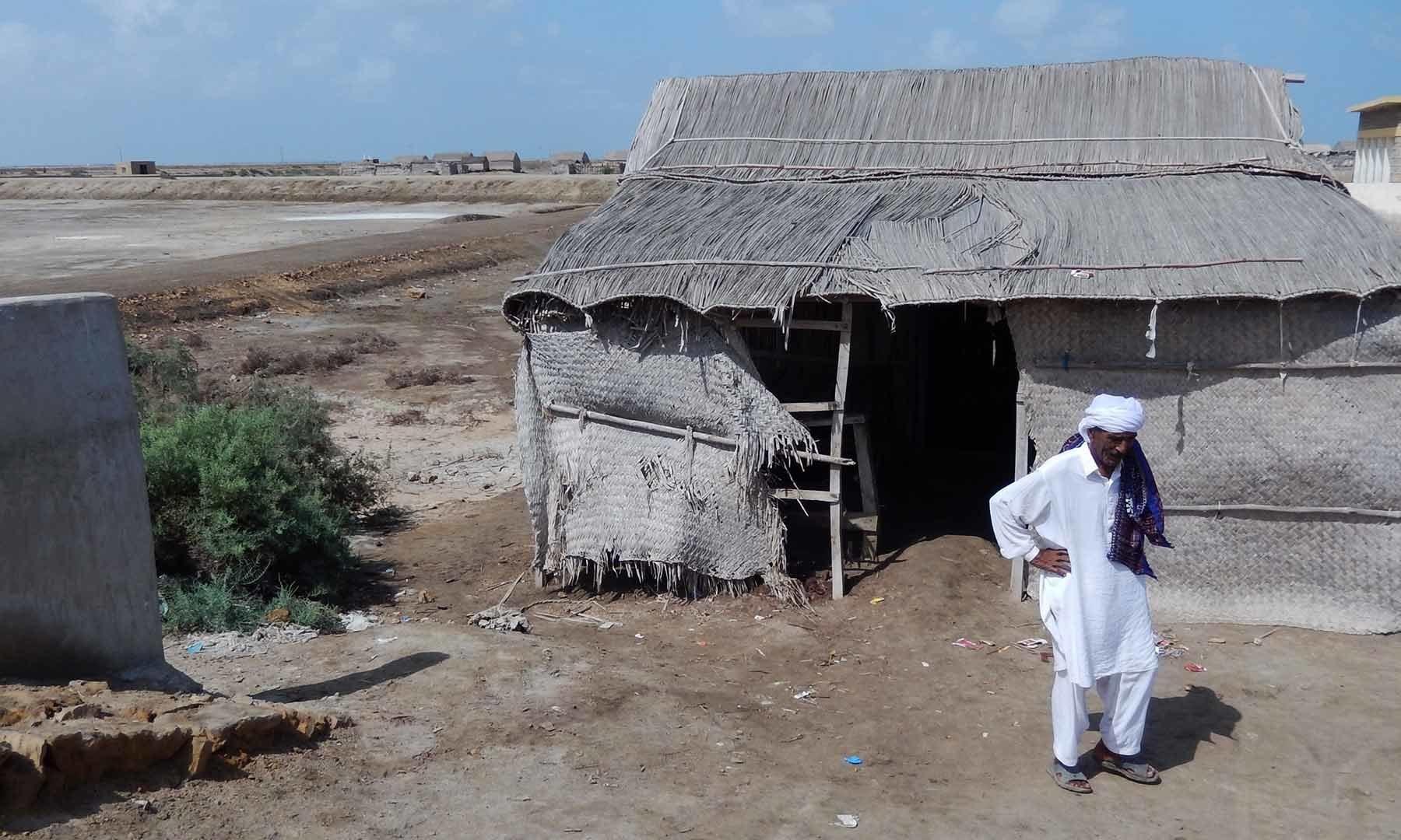علی محمد شاہ اپنی دکان کے آگے کھڑے ہیں — تصویر ابوبکر شیخ