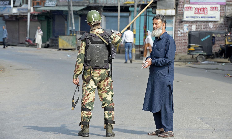 بھارتی فورسز نے مقبوضہ کشمیر میں احتجاج کے پیش نظر عام شہریوں کے لیے رکاوٹیں کھڑی کیں—فوٹو:اے ایف پی