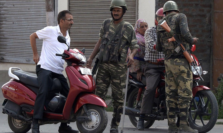 بھارتی فوج نے کشمیری رہنماؤں کو نظر بند کردیا—فوٹو:اے ایف پی