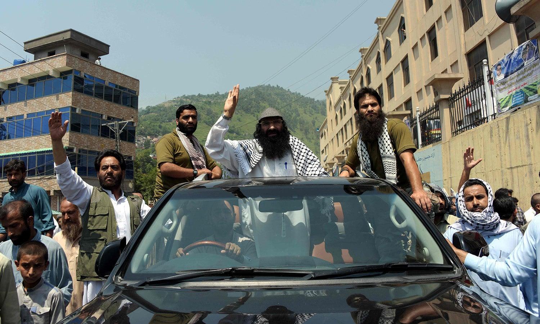 حزب المجاہدین کے سربراہ سید صلاح الدین نے برہان وانی کی برسی کی مناسبت سے مظفر آباد میں ریلی کی قیادت کی—فوٹو: اے ایف پی