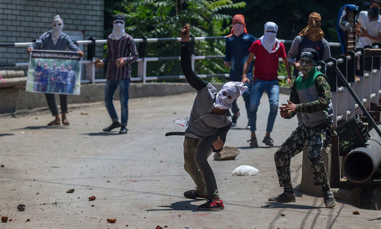 مقبوضہ کشمیر میں نوجوانوں کا بھارتی فوج سے تصادم بھی ہوا—فوٹو:اے پی
