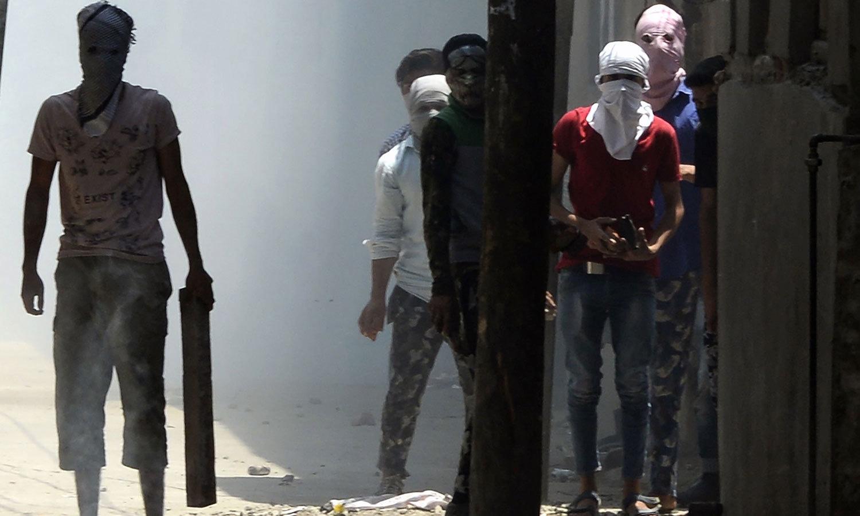 بھارتی فوج نے مظاہرین کے خلاف آنسو گیس کا بھی استعمال کیا—فوٹو:اے ایف پی