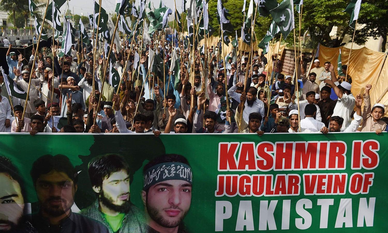 برہان وانی کی برسی کے موقع پر کراچی میں نکالی گئی ریلی میں بھارت کے خلاف نعرے بازی کی گئی—فوٹو:اے ایف پی
