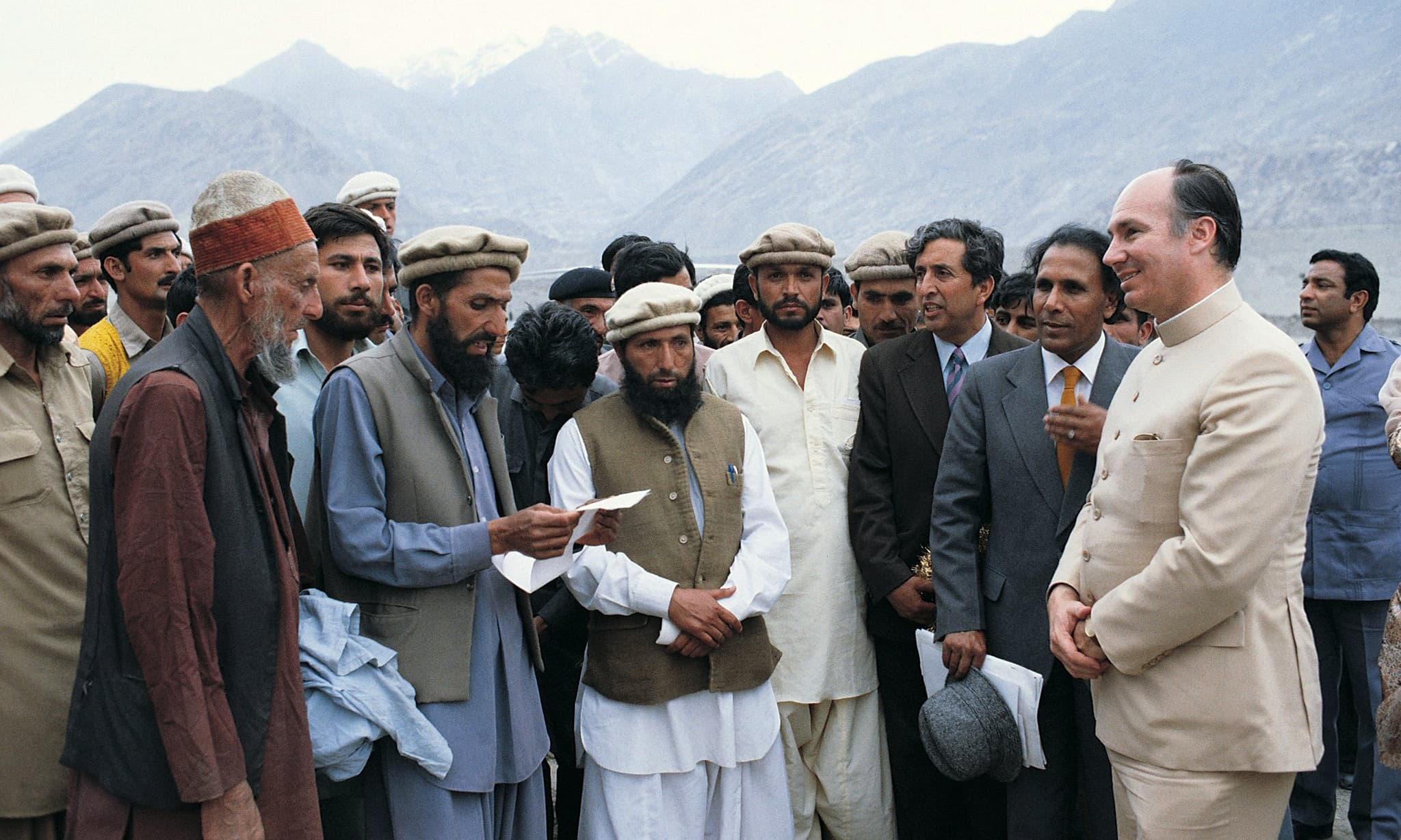 His Highness the Aga Khan meets with the inhabitants of northern areas of Pakistan to discuss the Aga Khan Rural Support Programme in Jaglot, near Gilgit, a new experimental rural development institution sponsored by the Aga Khan Foundation, May 1983. - Photo credit : AKDN / Christopher Little