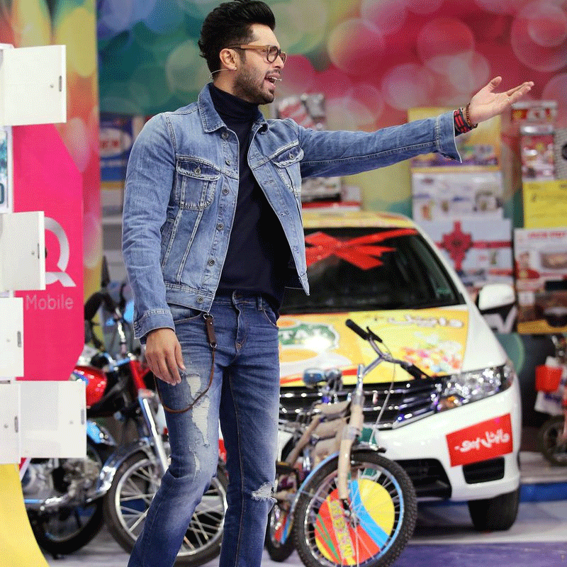Fahad Mustafa hosting Jeeto Pakistan in his favourite style of jeans: ripped.