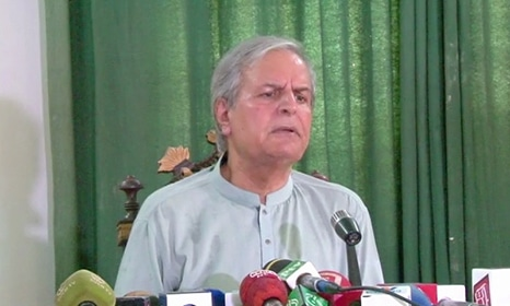 Former PTI and PML-N stalwart Javed Hashmi addresses a press conference in Multan. ─ DawnNews