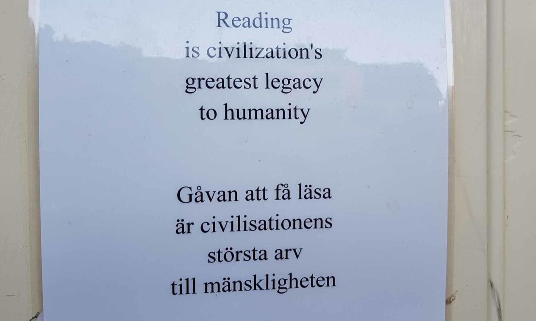 سوئیڈن میں کتب کے ساتھ یہ نوٹ چسپاں تھا کہ 'تہذیب کا انسانیت کو سب سے عظیم تحفہ کتب بینی ہے'—تصویر عارف محمود کسانہ