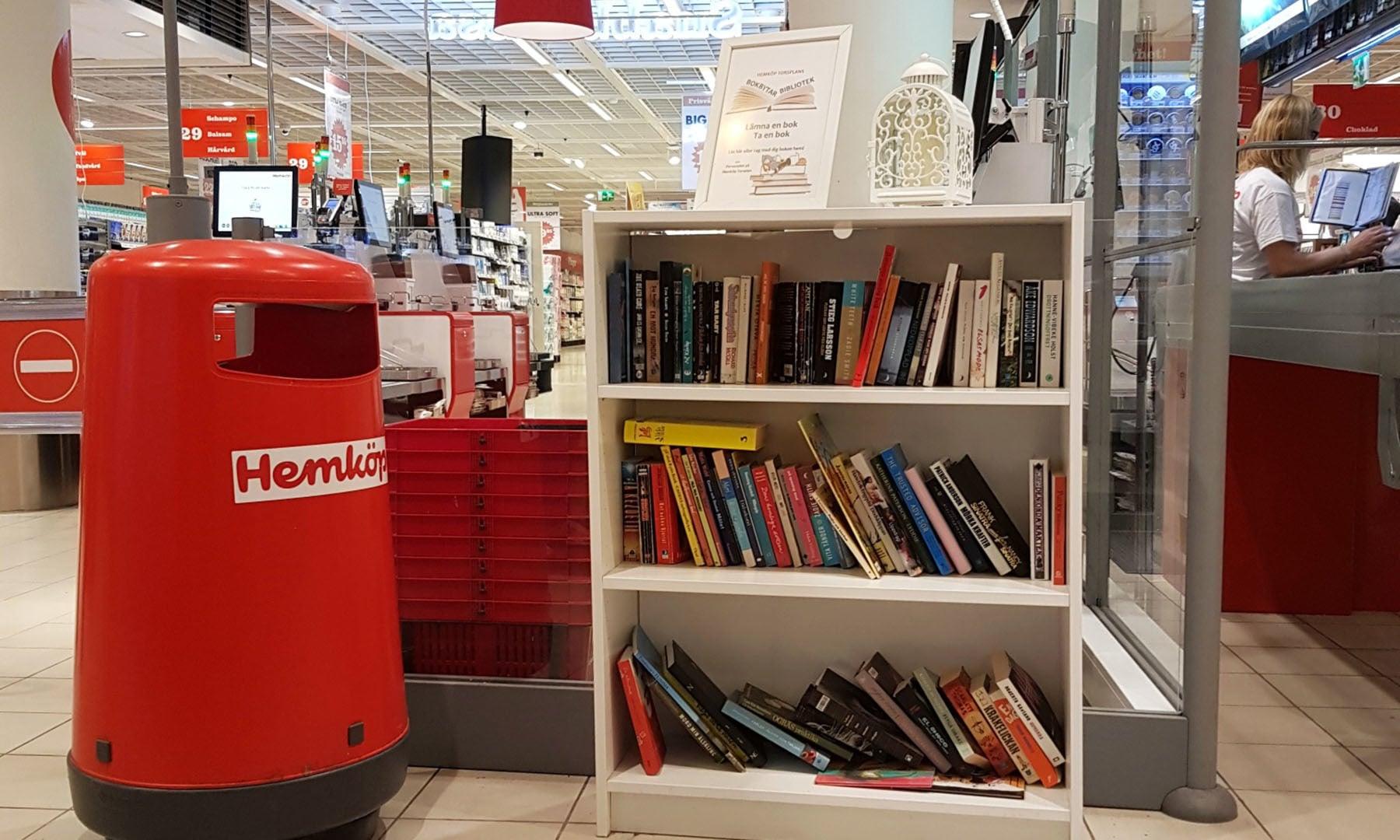 سوئیڈن میں جا بجا لائبریری، کتب اور کتب بینی والے دکھائی دیتے ہیں— تصویر عارف محمود کسانہ
