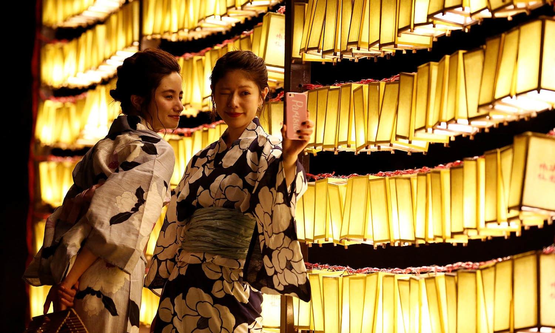 خواتین ان دلچسپ لالٹینوں کے آگے سیلفی لینا کبھی نہیں بھولتی — فوٹو/اے ایف پی