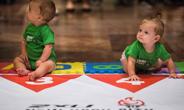 11 سے 24 ماہ کے بچے اس ریس میں شریک ہوئے — فوٹو/ اے ایف پی