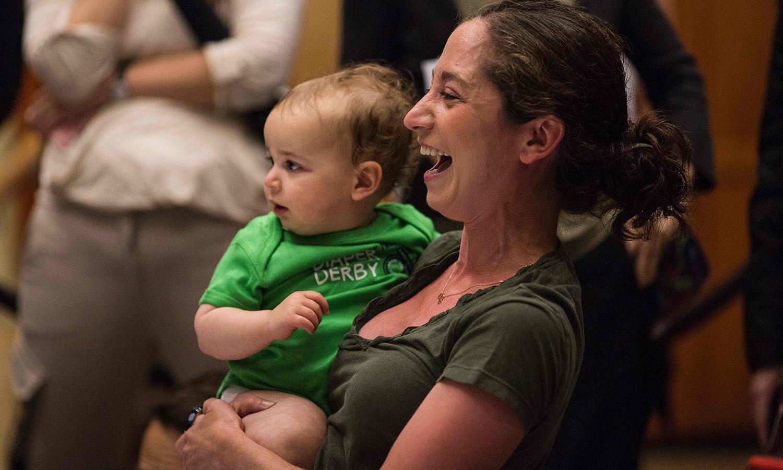 ہر ماں نے اپنے بچے کو جتوانے کی بھرپور کوشش کی — فوٹو/ اے ایف پی