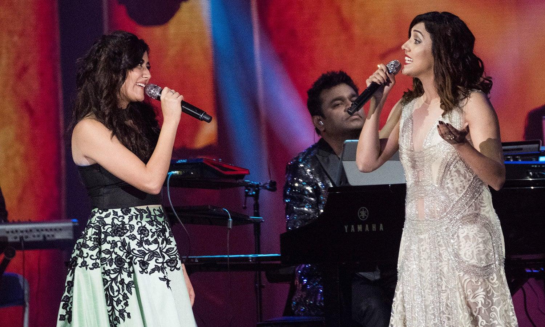 جونیتا گاندھی اور نیتی موہن پرفارمنس کرتے ہوئے—فوٹو: اے پی
