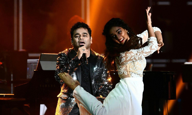اے آر رحمٰن کے خصوصی گیتوں پر ڈانسرز نے پرفارمنس کی—فوٹو: اے ایف پی
