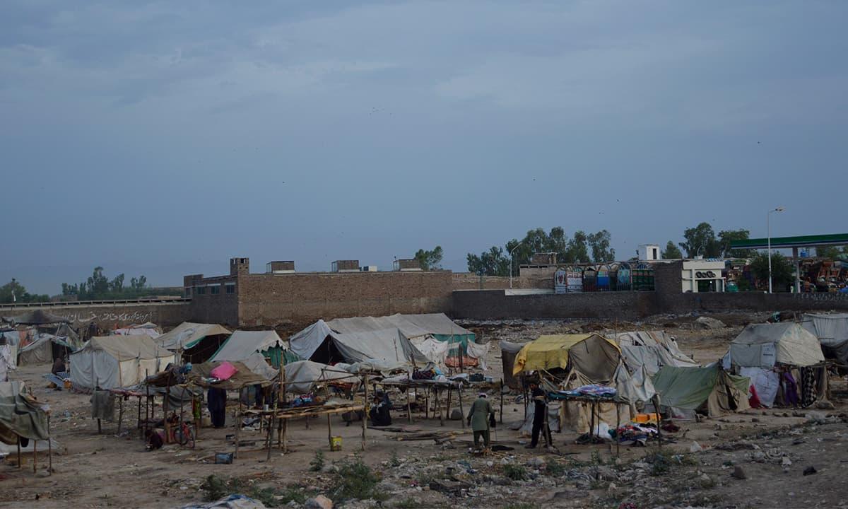 Makeshift houses built by nomads near Ring Road, Peshawar | Photo by Musharraf Ali
