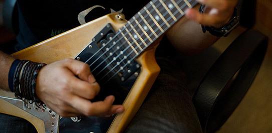 دماغ کے آپریشن کے دوران مریض گٹار بجاتا رہا