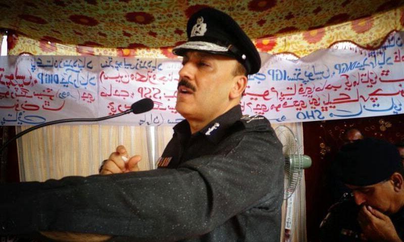'وزیر اعلیٰ سندھ پولیس کو بچائیں'