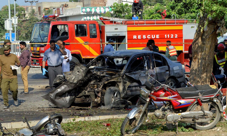 دھماکے میں 3 موٹر سائیکلوں اور ایک کار کو بھی نقصان پہنچا — فوٹو: اے ایف پی