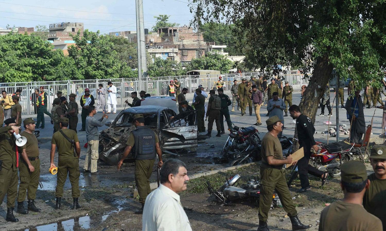 زخمیوں کو لاہور کے مختلف ہسپتالوں میں منتقل کیا گیا — فوٹو: اے ایف پی