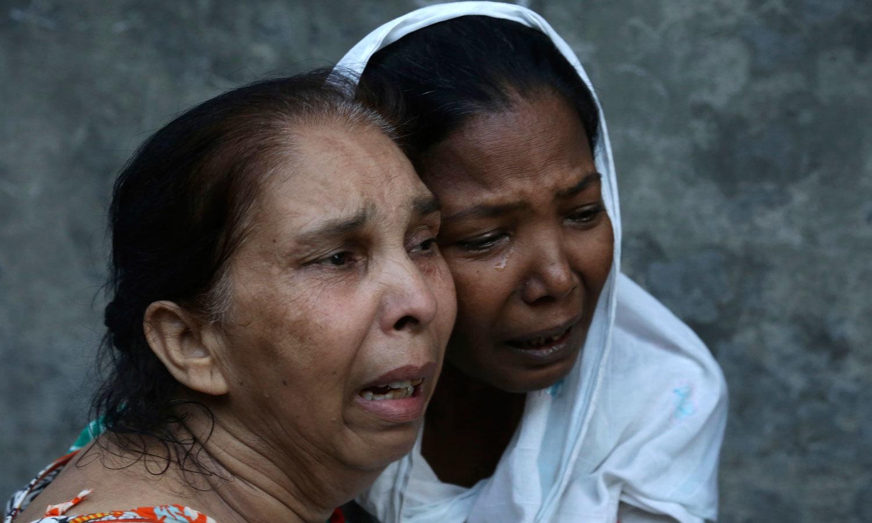 دھماکے میں جاں بحق ہونے والوں کے لواحقین غم سے نڈھال نظر آئے — فوٹو: اے پی
