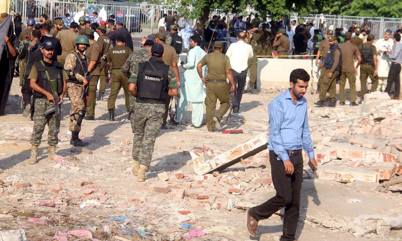 پاک فوج اور پنجاب رینجرز کے دستے بھی لاہور میں دھماکے کی جگہ پر پہنچے — فوٹو: پی پی آئی