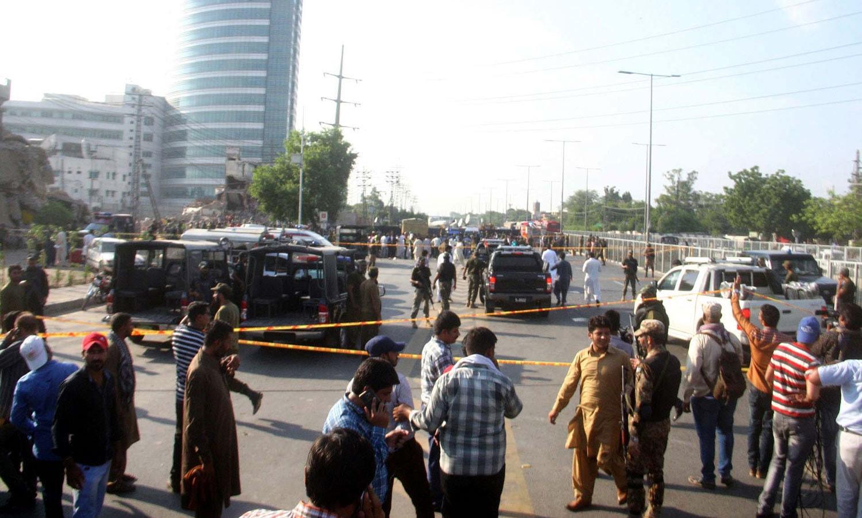 دھماکے کے وقت علاقے میں انسداد تجاوزات کی مہم جاری تھی — فوٹو: پی پی آئی