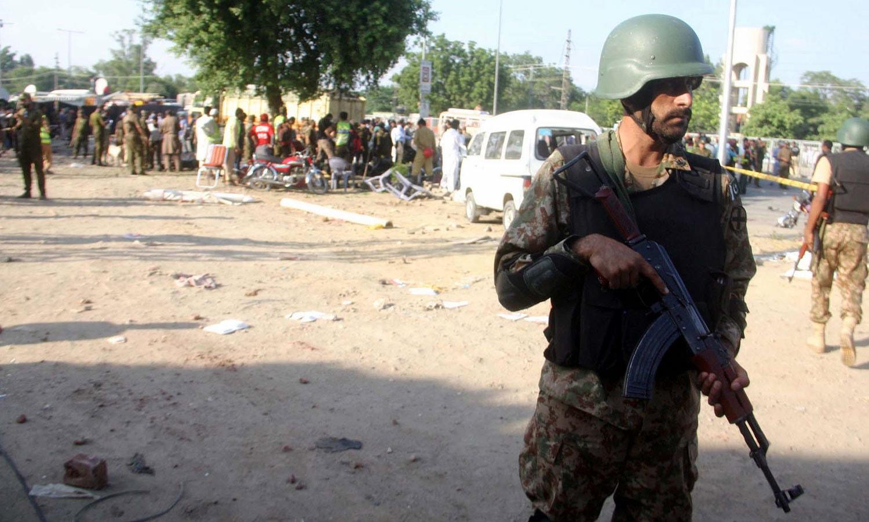 دھماکے میں 3 موٹر سائیکلوں اور ایک کار کو بھی نقصان پہنچا — فوٹو: پی پی آئی