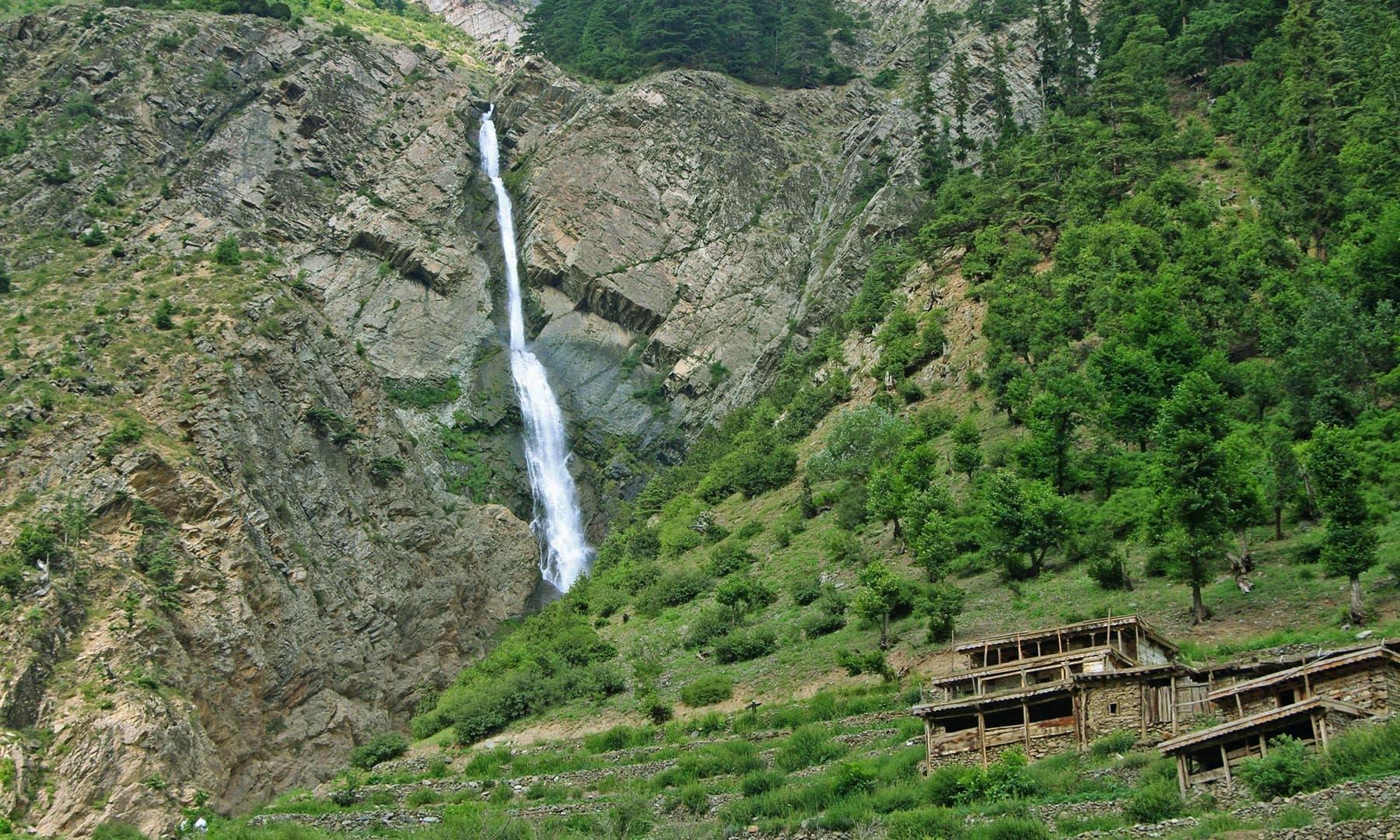 راستے میں مٹلتان کے مقام پر پاکستان کی بلند ترین آبشاروں میں سے ایک کی تصویر— تصویر امجد علی سحاب