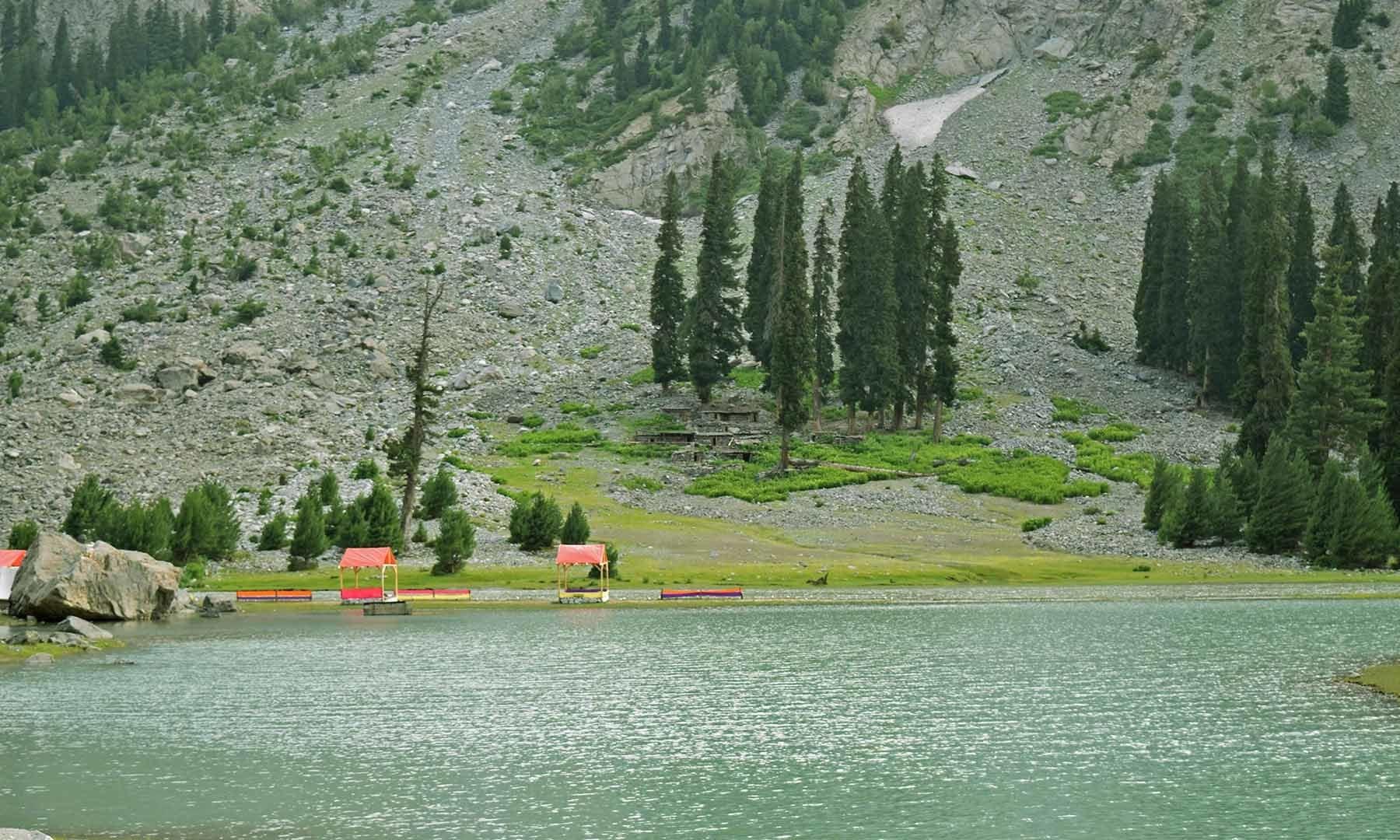 جھیل مہوڈنڈ کا ایک منظر— تصویر امجد علی سحاب