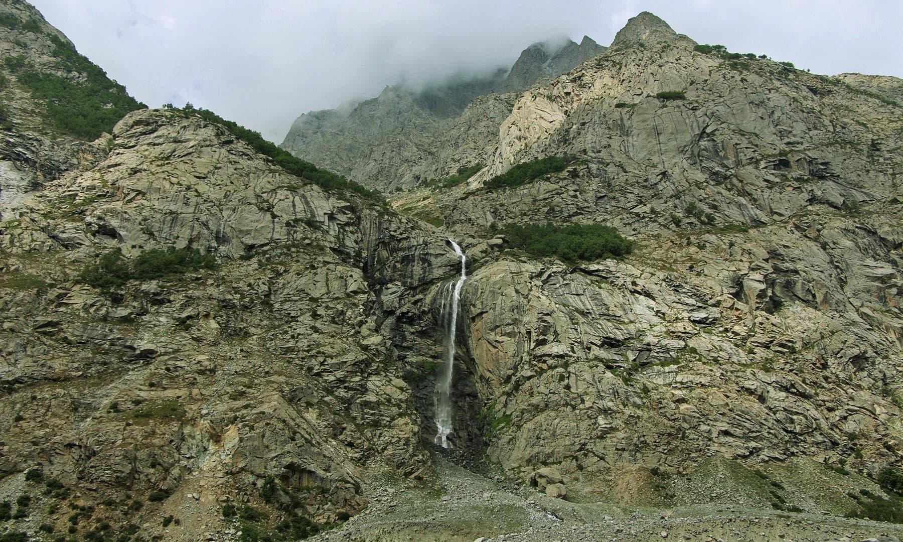 ڈونچار کے راستے میں درجن بھر ایسے آبشار دعوت نظارہ دیتے ہیں—تصویر امجد علی سحاب