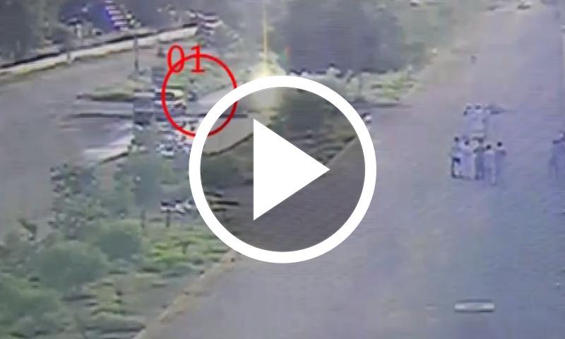 کراچی: پولیس موبائل پر فائرنگ کی سی سی ٹی وی فوٹیج