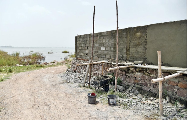 A house under construction along the Rawal Dam | White Star