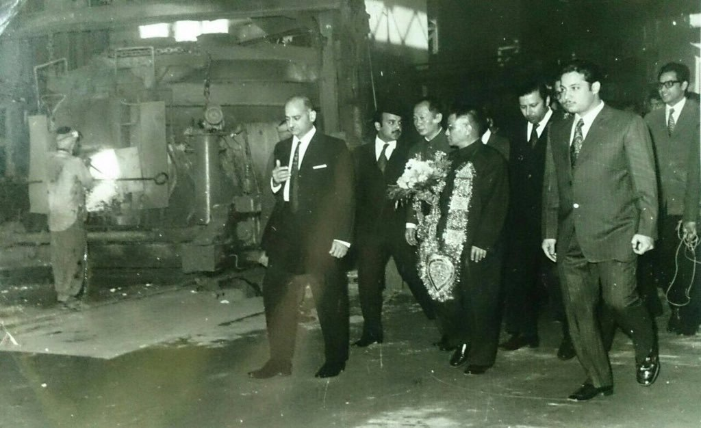 Nawaz Sharif with his brother Shahbaz and father Muhammad Sharif escorting a Chinese delegation.
