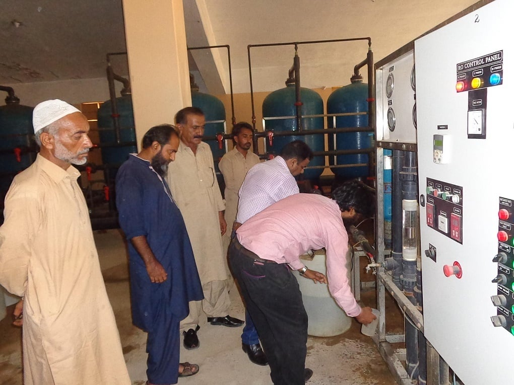 Sampling the water at an RO plant in Mithi (image courtesy: PCRWR)