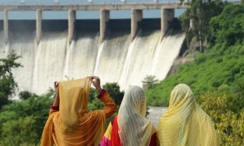 شہری راول ڈیم کا نظارہ کرتے ہوئے—فائل فوٹو: اے ایف پی