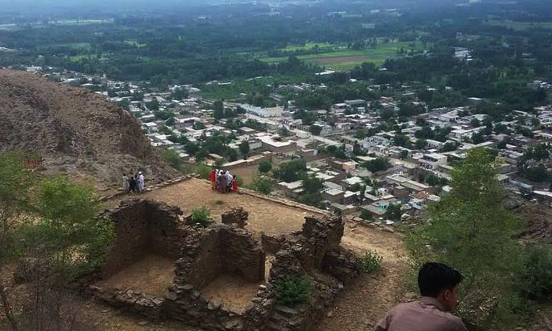 آثار قدیمہ کے ٹاپ سے جمال گڑھی کے پورے گاوں کا ایک خوبصورت منظر۔