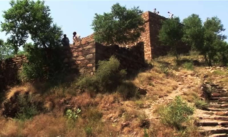 آثار قدیمہ کے آثار جہاں ختم ہو رہے ہیں وہاں بعض آثار آج بھی اپنے اصل حالت میں موجود ہیں اور سیاحوں کے توجہ کا مرکز بنے ہوئے ہیں۔