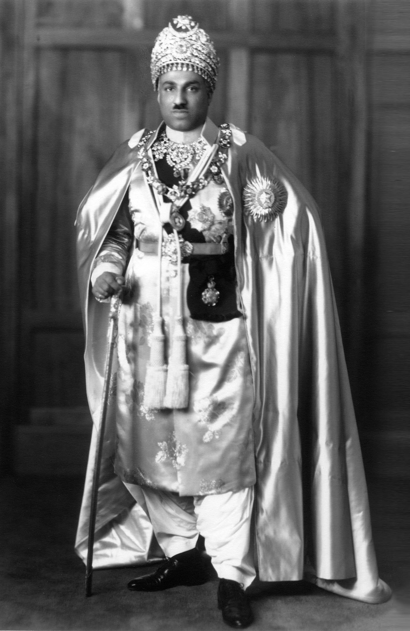 The Amir of Bahawalpur, Nawab Sadiq Mohammad Khan Abbasi V in full state regalia. — Courtesy Princess Yasmien Abbasi Archive London