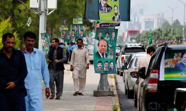 اسلام آباد میں مسلم لیگ کی ریلی کے حوالے سے بینرز آویزاں ہیں — فوٹو: اے پی