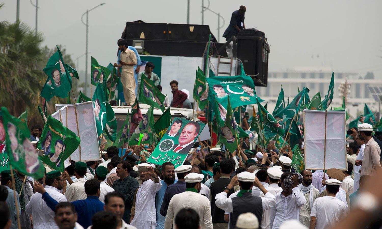 مسلم لیگ کے رہنما امیر مقام کی سربراہی میں خیبرپختونخوا سے لیگی کارکنکی بڑی تعداد اسلام آباد پہنچی — فوٹو: اے پی