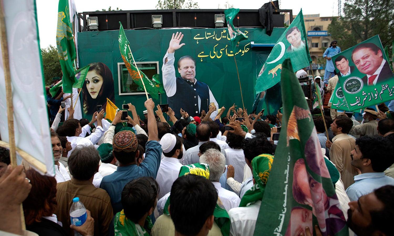 اسلام آباد سے روانہ ہونے والی مسلم لیگ (ن) کی ریلی میں نواز شریف کے خطاب کے لیے بلٹ پروف کنٹینر بنایا گیا تھا — فوٹو: اے پی
